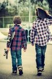Muchachos del patinador que caminan Foto de archivo