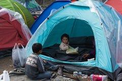 Muchachos en campamento de refugiados en Grecia Imagenes de archivo