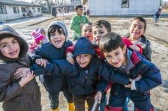 Muchachos en campo de refugiados en Serbija imagen de archivo