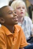 Muchachos en clase del jardín de la infancia foto de archivo