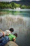 Muchachos en el lago banyoles, Cataluña, España imágenes de archivo libres de regalías