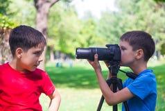 Muchachos en el photosession Foto de archivo libre de regalías