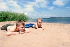 Muchachos en la playa de la arena. Foto de archivo