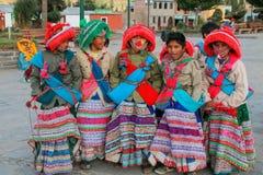 Muchachos en los trajes tradicionales que se colocan en la plaza principal en Yanq Foto de archivo libre de regalías