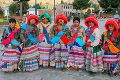 Muchachos en los trajes tradicionales que se colocan en la plaza principal en Yanq Fotos de archivo libres de regalías