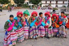 Muchachos en los trajes tradicionales que se colocan en la plaza principal en Yanq Fotografía de archivo libre de regalías