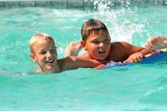 Muchachos en piscina Fotos de archivo libres de regalías