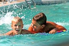 Muchachos en piscina Foto de archivo libre de regalías