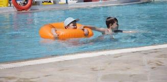 Muchachos en piscina Fotografía de archivo libre de regalías