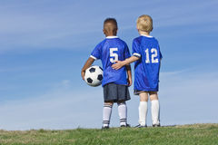 Muchachos en un equipo de fútbol Imágenes de archivo libres de regalías