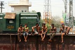 Muchachos en un puente del carril Imagen de archivo libre de regalías