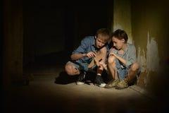 Muchachos en un sótano oscuro Imagen de archivo