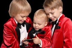 muchachos en un smoking con el móvil Fotografía de archivo