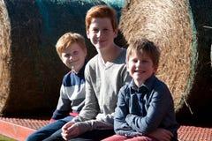 Muchachos en una granja Fotografía de archivo libre de regalías
