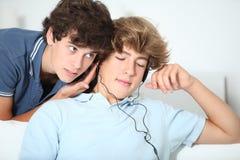 Muchachos enviciados a la música Foto de archivo libre de regalías