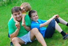 Muchachos felices con el tío Foto de archivo