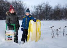 Muchachos felices en el trineo Fotografía de archivo libre de regalías