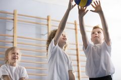 Muchachos felices que juegan a voleibol foto de archivo libre de regalías