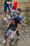 Muchachos felices que vierten el agua en uno a Foto de archivo libre de regalías