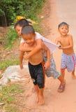 Muchachos felices vietnamitas que caminan a lo largo del camino Fotos de archivo libres de regalías