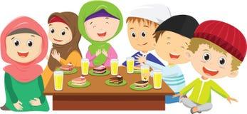 muchachos felices y muchachas musulmanes que comen la cena de ayuno junto stock de ilustración