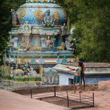 Muchachos indios en el tejado del templo Imágenes de archivo libres de regalías