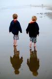 Muchachos jovenes con reflexiones en la playa en la niebla Fotografía de archivo libre de regalías