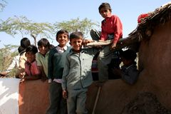 Muchachos jovenes en aldea india Fotografía de archivo libre de regalías