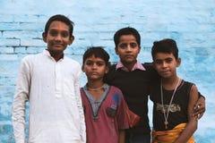 Muchachos jovenes en aldea india Fotos de archivo libres de regalías