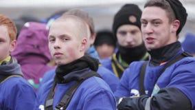 Muchachos jovenes en reloj azul de los uniformes en etapa en la enseñanza del emercom outdoor almacen de metraje de vídeo