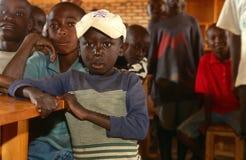 Muchachos jovenes en una sala de clase en Rwanda. Foto de archivo