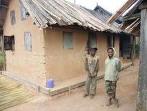 Muchachos jovenes nativos malgaches imagen de archivo