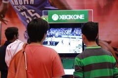 Muchachos jovenes que juegan Xbox uno Foto de archivo