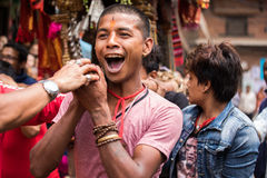 Muchachos jovenes que participan en una procesión ceremonial Imagen de archivo