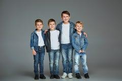 Muchachos jovenes que presentan en el estudio Fotografía de archivo libre de regalías