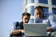 Muchachos jovenes que trabajan en la computadora portátil Foto de archivo libre de regalías