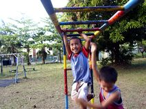 Muchachos jovenes y muchachas que juegan en un patio en la ciudad de Antipolo, Filipinas Foto de archivo libre de regalías