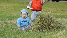 2 muchachos a jugar con uno a y el heno Uno menos que un año, otros dos años metrajes