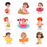 Muchachos lindos y muchachas que juegan en el sistema de la playa, niños de la historieta en los ejemplos de las vacaciones de ve libre illustration