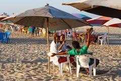 Muchachos malgaches de los adolescentes que descansan sobre la playa Imagenes de archivo