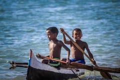 Muchachos malgaches en un barco Foto de archivo