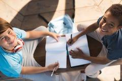 Muchachos multiétnicos que estudian junto Imagen de archivo
