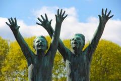 Muchachos que alcanzan hacia fuera Arte de la calle en Oslo Foto de archivo libre de regalías