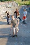 Muchachos que andan en monopatín Imagen de archivo