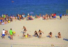Muchachos que arrebatan los pernos finales en el funcionamiento de la playa foto de archivo libre de regalías
