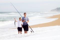 Muchachos que cogen pescados grandes Fotos de archivo libres de regalías