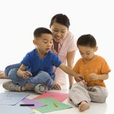 Muchachos que colorean con la madre. foto de archivo libre de regalías