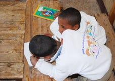 Muchachos que estudian y que escriben la preparación en árabe Fotos de archivo libres de regalías