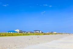 Muchachos que gozan del océano y de la playa hermosos Fotos de archivo