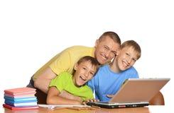 Muchachos que hacen la preparación con el padre Imágenes de archivo libres de regalías